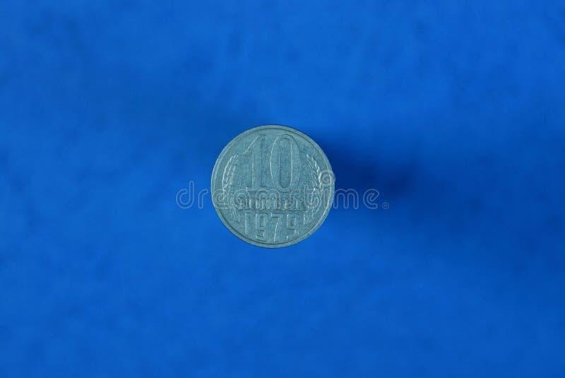 szare sowieci monety dziesięć kopiejki kłama na błękitnym stole fotografia stock