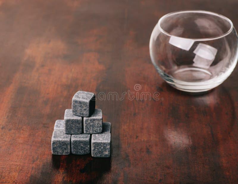 Szare whisky skały na drewnianym stole fotografia stock