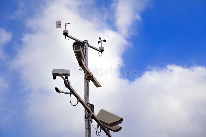 Szarego żelaza filar z inwigilacji kamerami dalej i prędkości kontrolą obrazy stock