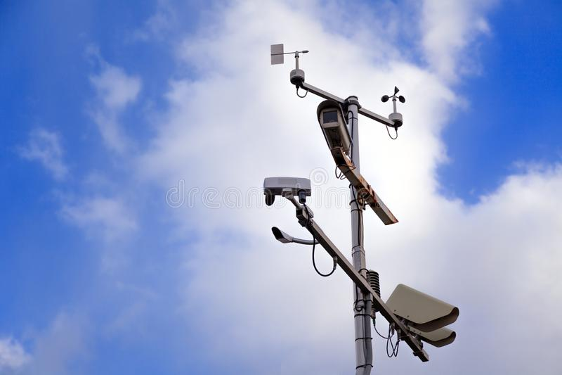 Szarego żelaza filar z inwigilacji kamerami dalej i prędkości kontrolą obrazy royalty free