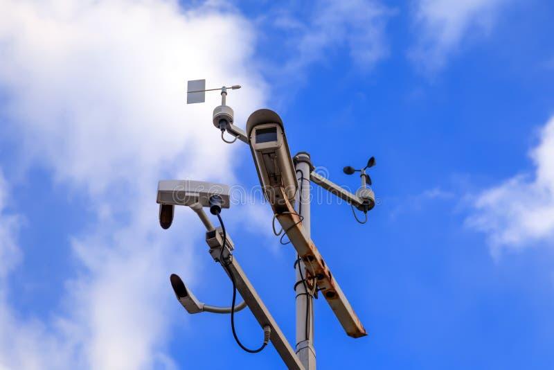 Szarego żelaza filar z inwigilacji kamerami dalej i prędkości kontrolą fotografia stock