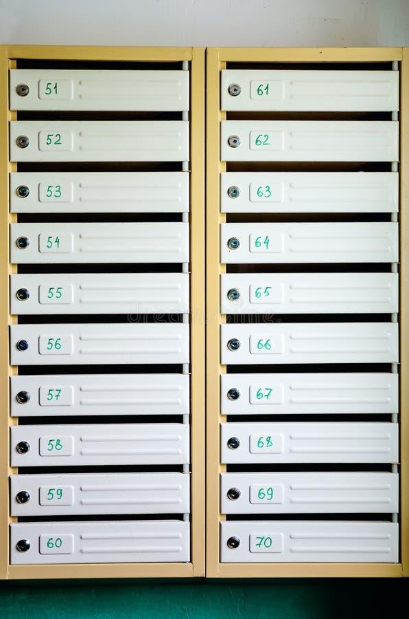 Szarego żelaza skrzynki pocztowe Skrzynki pocztowe w bloku mieszkalnym zdjęcia royalty free