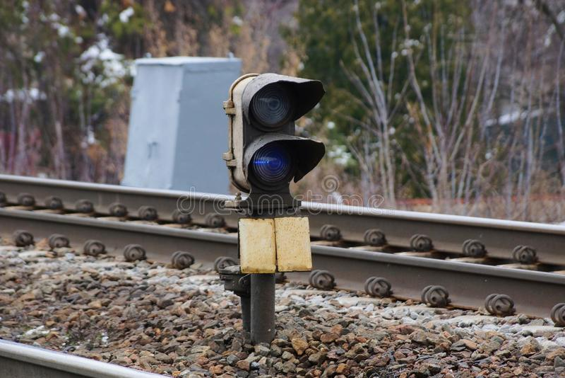 Szarego żelaza sygnałowej lampy stojaki wśród poręcza i tajnych agentów na kolei zdjęcia royalty free