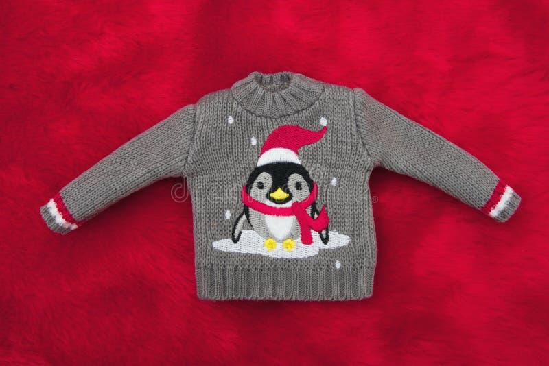 Szarego Wakacyjnego pingwinu Bożenarodzeniowy pulower na Czerwonym Pluszowym futerku zdjęcie stock