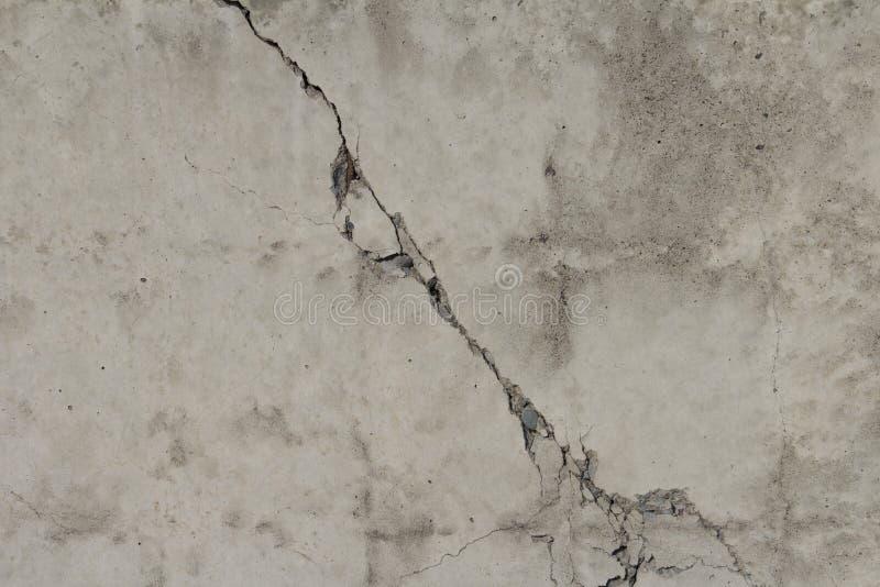 Szarość barwią betonowego tło z pęknięciem w centrum obraz royalty free