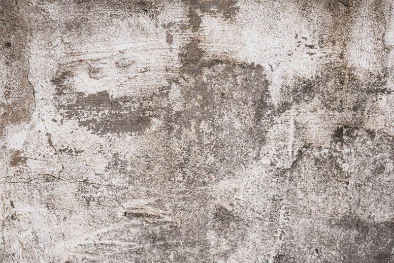 Szarość i brązu podława betonowa ściana z płatkowatym tynkiem Poszarpana szorstka stara cement ściany tekstura, tło Rocznik, natu zdjęcie royalty free