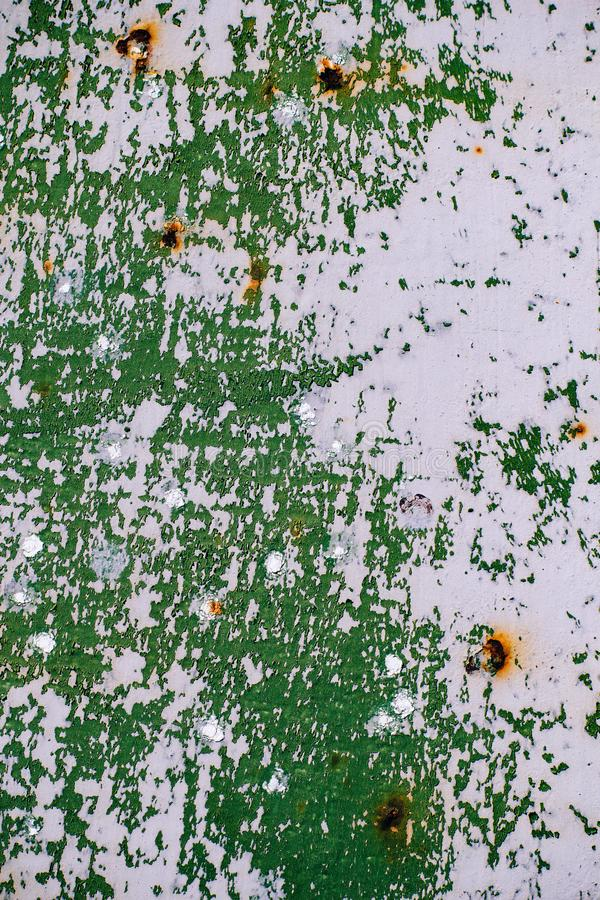 Szarość malująca metal ściana z krakingową zieloną farbą, rdz plamy, prześcieradło ośniedziały metal z krakingową i płatkowatą zi zdjęcie stock