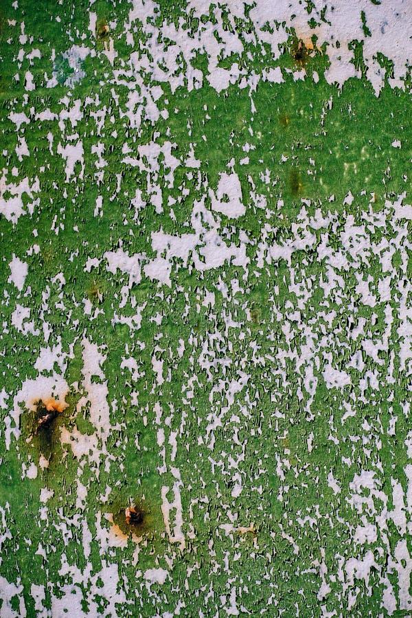 Szarość malująca metal ściana z krakingową zieloną farbą, zrudziałe plamy, zdjęcie stock