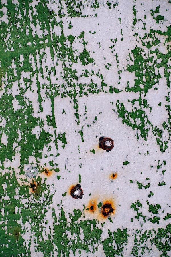 Szarość malująca metal ściana z krakingową zieloną farbą, zrudziałe plamy, zdjęcie royalty free