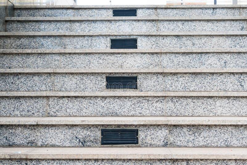 Szarość marmurowy schody z centrum lotniczymi wentylacjami obraz royalty free