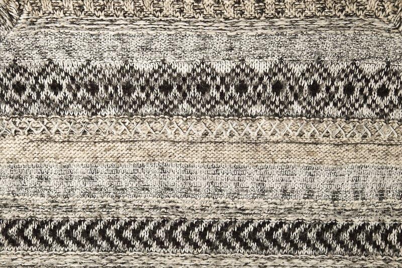 Szarość puloweru trykotowy zbliżenie Tekstylnej tekstury popielaty kolor, szczegółowy ciepły przędzy tło Puloweru czerep zdjęcie royalty free