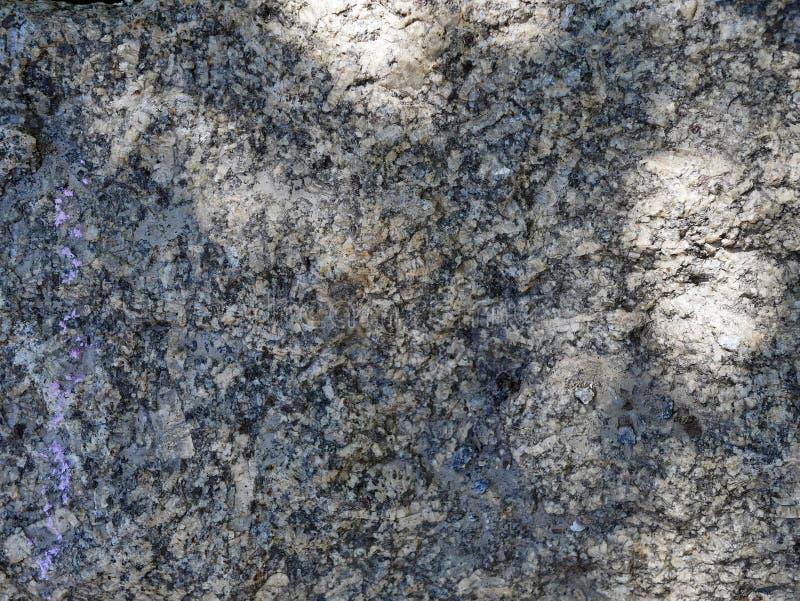 Szarości kamienna tekstura z świateł słonecznych odbić tłem z udziałami tekstury zdjęcie royalty free