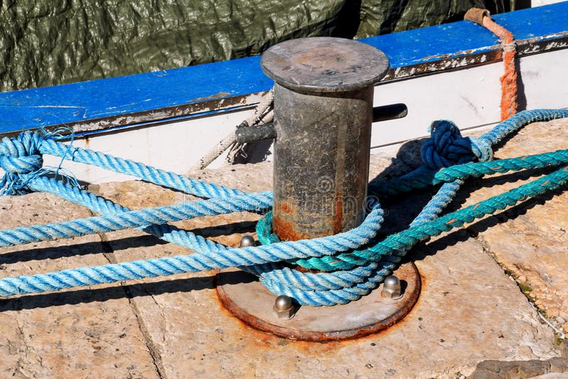 Szary cleat z błękitną arkaną dla statków i łodzi obraz stock