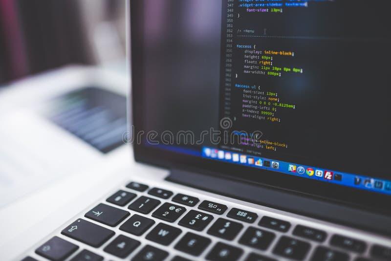 Szary laptop Pokazuje Html kody w Płytkiej ostrości fotografii zdjęcie royalty free