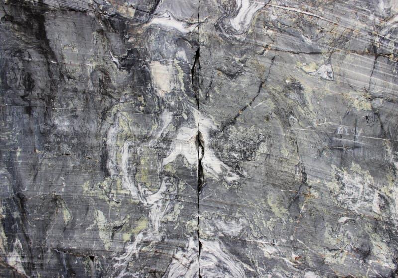 Szary naturalny marmur z białymi smugami w jarze, depozyt, Karelia fotografia stock