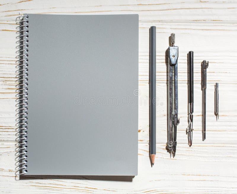 Szary notatnik obok rysunkowych narzędzi zdjęcie stock