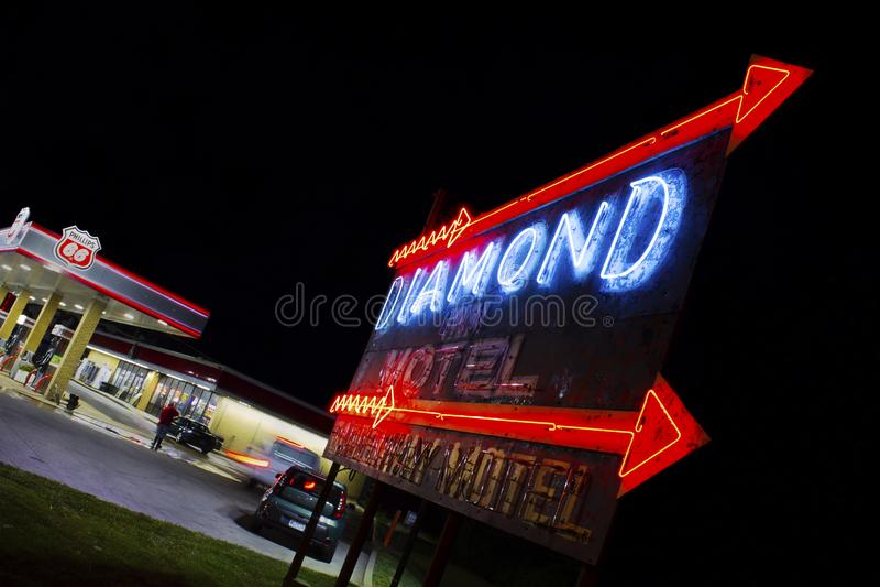 Szary szczyt, Missouri, Stany Zjednoczone Diamentowej austerii motelu neonowy znak na trasie 66 - około Czerwiec 2016 - obraz royalty free