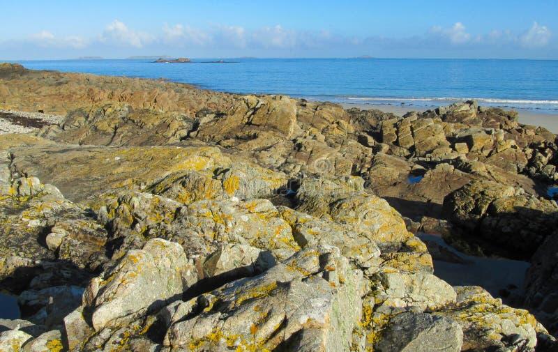 Szarzy granitowi głazy na dennym wybrzeżu zdjęcie royalty free