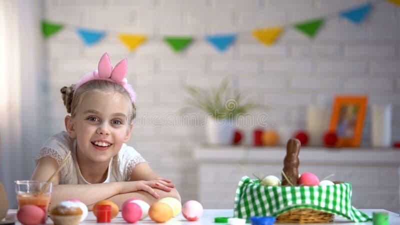 Szczęśliwa dziewczyna uśmiecha się patrzeć w kamerę, czekać na wielkanoc, ostatni przygotowanie fotografia royalty free