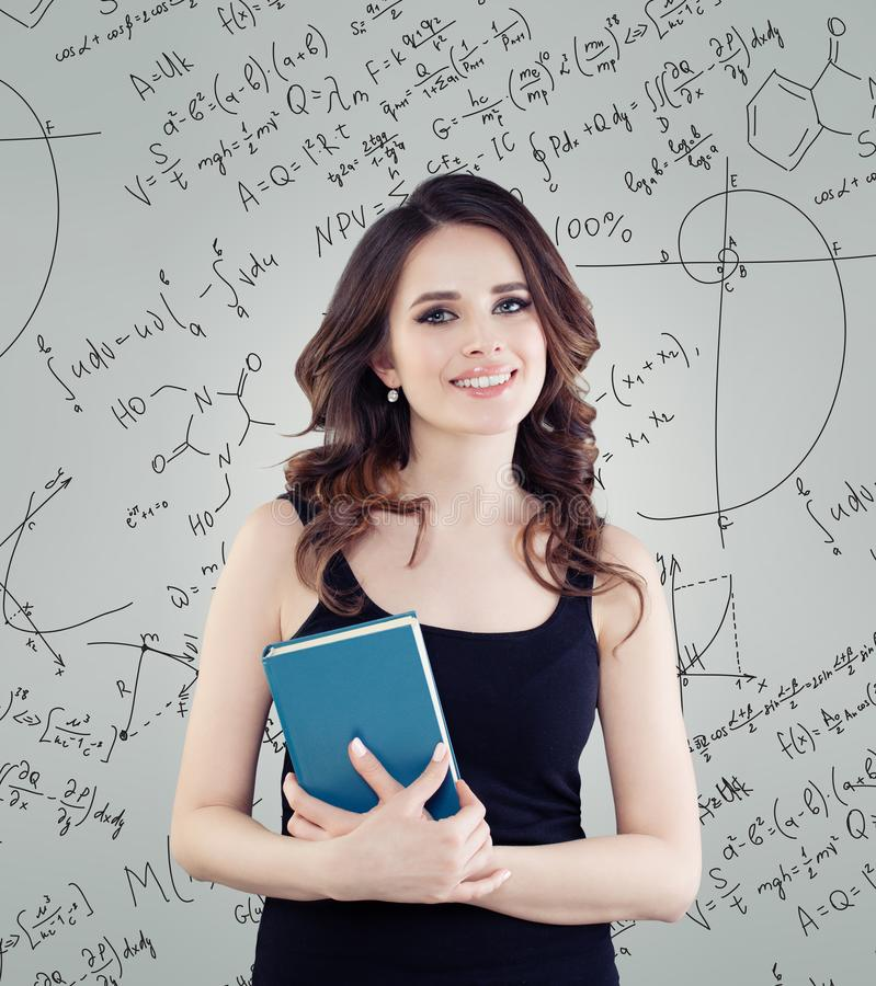 Szczęśliwa kobieta ucznia uczenie nauka Pomyślny żeński naukowiec fotografia stock