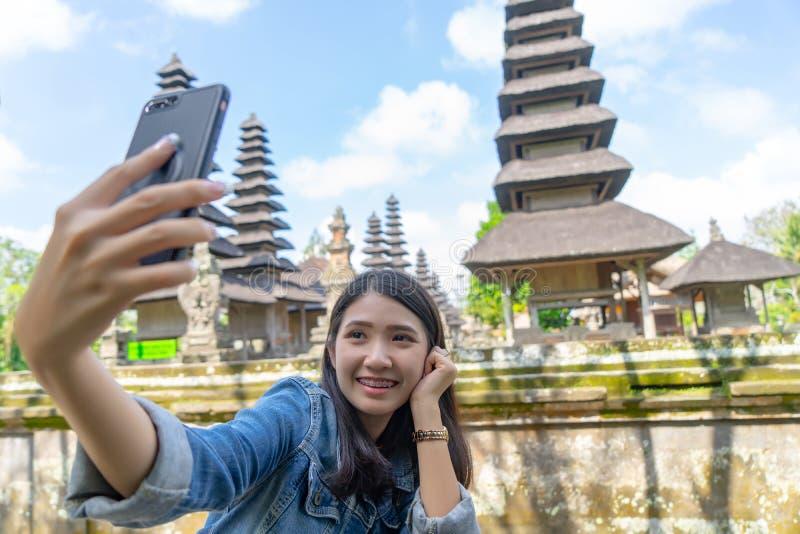 Szczęśliwa młoda kobieta bierze selfie Technologii podróżny pojęcie Azjatycka turystyczna dziewczyna bierze selfie na vacationp zdjęcie royalty free