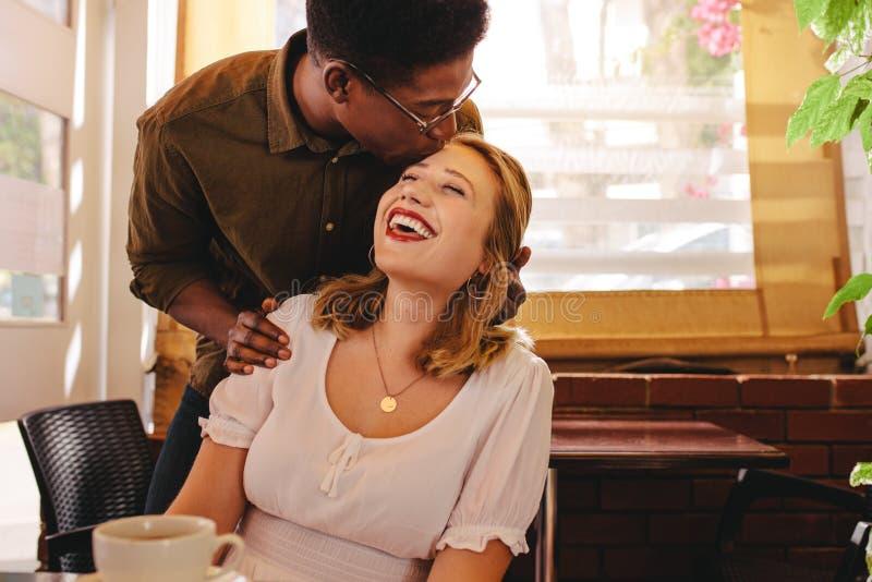 Szczęśliwa para na dacie przy sklepem z kawą zdjęcie royalty free