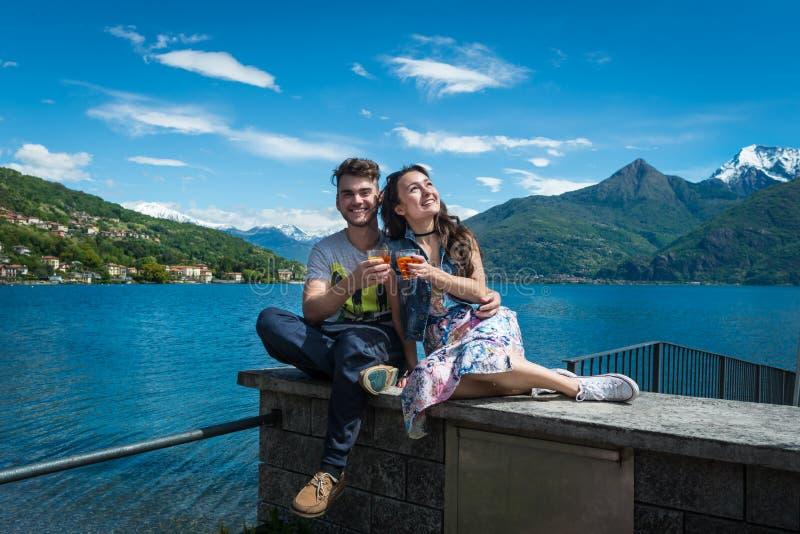 Szczęśliwa para siedzi z szkłami aperol spritz fotografia stock