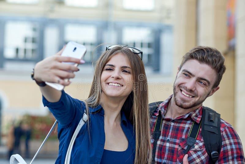 Szczęśliwa para turyści bierze selfie w showplace miasto zdjęcie stock