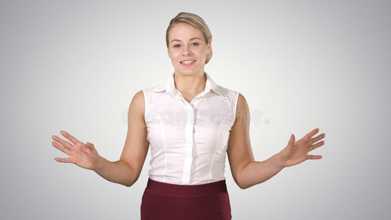 Szczęśliwa powabna europejska kobieta ono uśmiecha się szeroko przy kamerą i opowiada na gradientowym tle zdjęcia stock