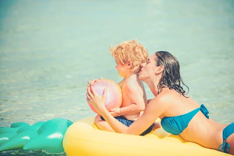Szczęśliwa rodzina na morzu karaibskim Ananasowa nadmuchiwana lub lotnicza materac matka i syn na wakacje obrazy stock