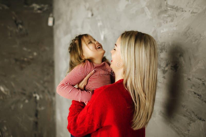 Szczęśliwa rodzina na photosession w studiu Matka i córka obrazy royalty free
