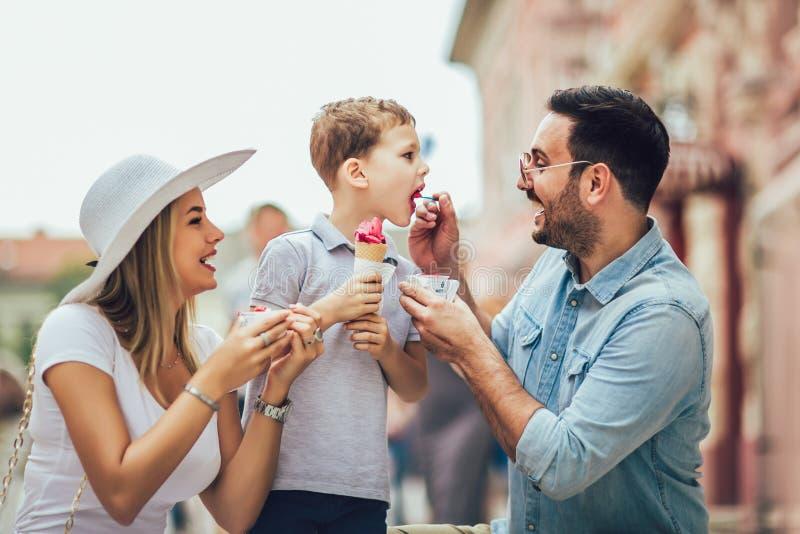 Szczęśliwa rodzina wydaje ich weekend z synem Jedzą lody zdjęcie stock