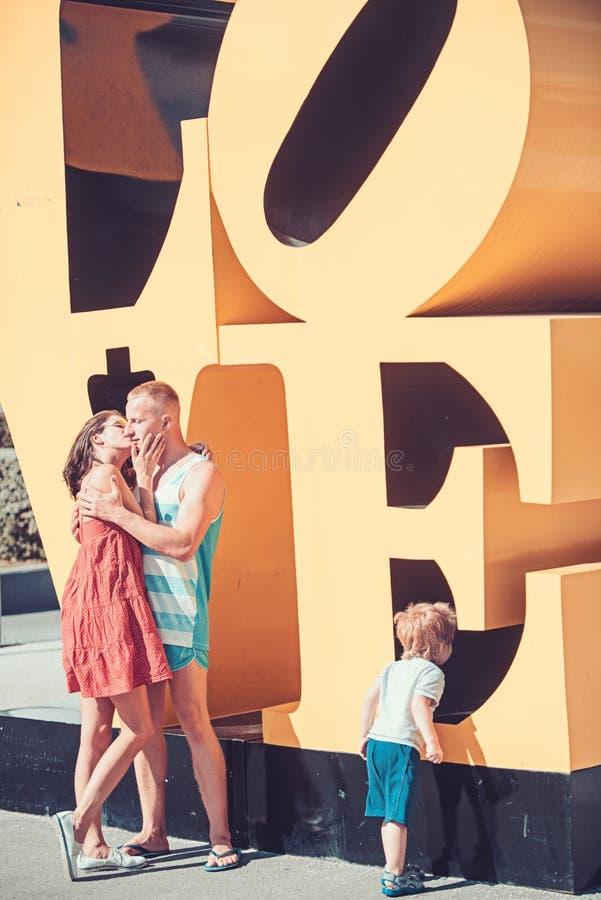 Szczęśliwa rodzina z dzieciakiem na matek lub ojców dniu Miłość i zaufanie jako wartości rodzinne Dziecko z całowania ojciec i ma fotografia stock