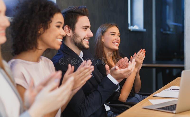 Szczęśliwego różnorodnego biznesu drużynowy oklaskiwać przy konferencją zdjęcia stock
