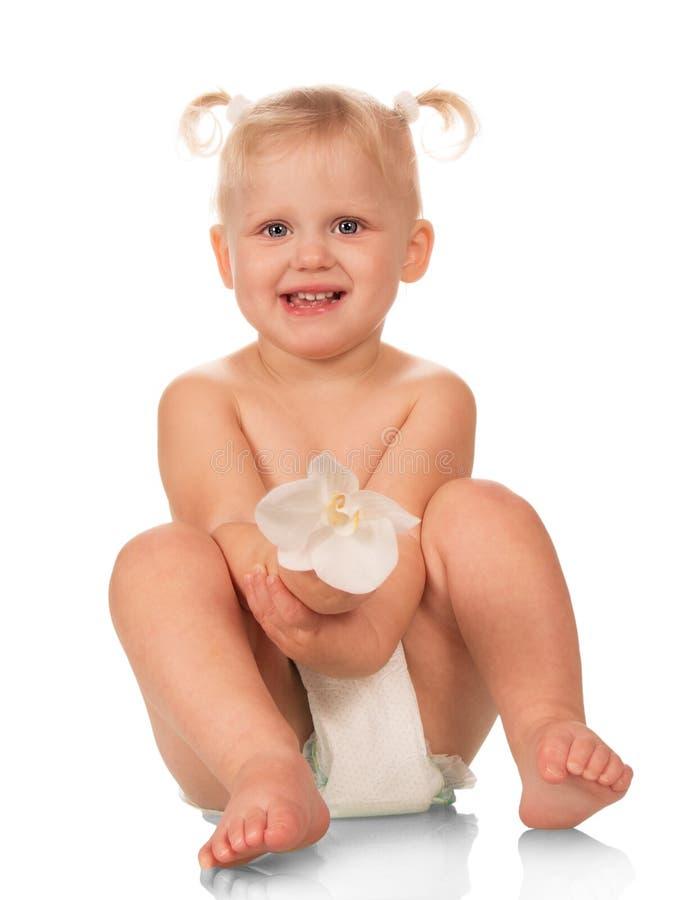 Szczęśliwej dziewczynki dziecięca rozporządzalna pieluszka odizolowywająca zdjęcia stock