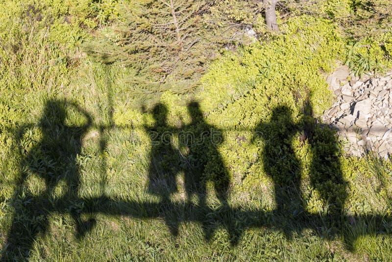 Szczęśliwi cienie na spacerze Zielony tło zdjęcia stock