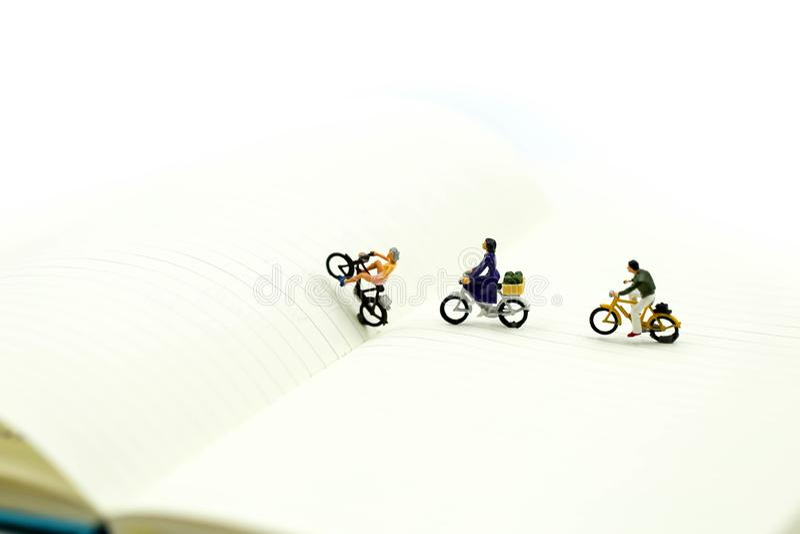 Szczęśliwi młodzi przyjaciele cieszy się jeździeckiego bicykl używać dla Rowerowego dnia zdjęcie stock