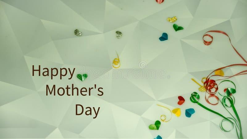 Szczęśliwi matka dnia słowa z małym kolorowym sercem kształtującym jako tło i prezentów pudełkami obrazy royalty free