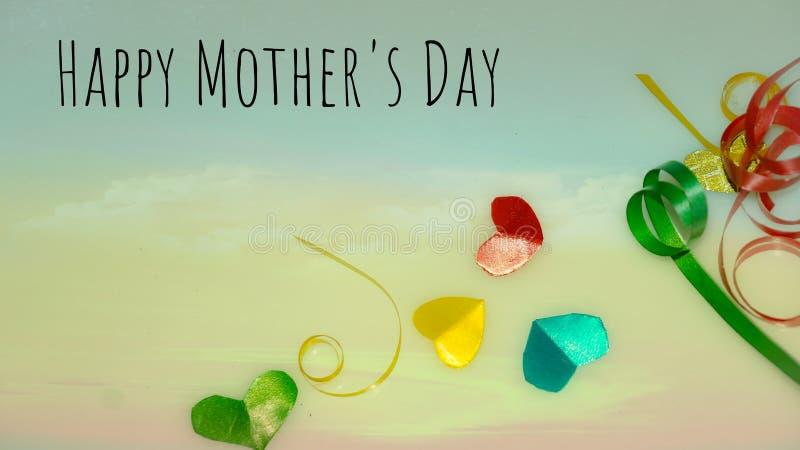 Szczęśliwi matka dnia słowa z małym kolorowym sercem kształtującym jako tło i prezentów pudełkami fotografia royalty free