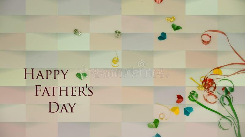 Szczęśliwi ojca dnia słowa z małym kolorowym sercem kształtującym jako tło i prezentów pudełkami zdjęcie royalty free