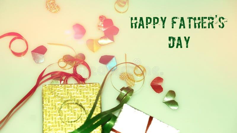 Szczęśliwi ojca dnia słowa z małym kolorowym sercem kształtującym jako tło i prezentów pudełkami fotografia royalty free
