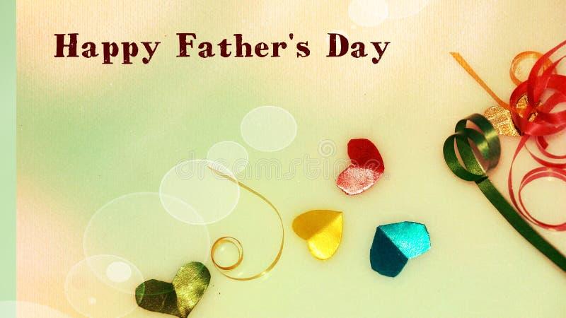 Szczęśliwi ojca dnia słowa z małym kolorowym sercem kształtującym jako tło i prezentów pudełkami obrazy royalty free