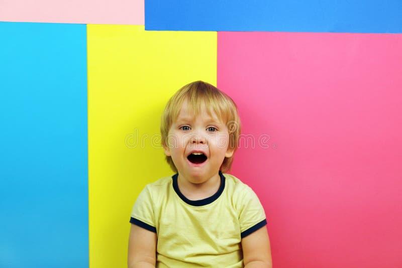 Szczęśliwy chłopiec portret na stubarwnym tle z kopii przestrzenią obrazy stock