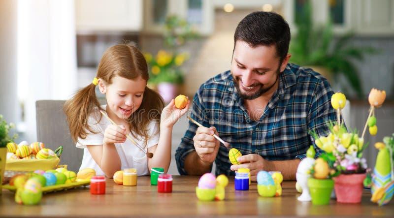 Szczęśliwy Easter! rodzinny ojciec i dziecko z ucho zajęczy dostawać gotowy dla wakacje obraz stock