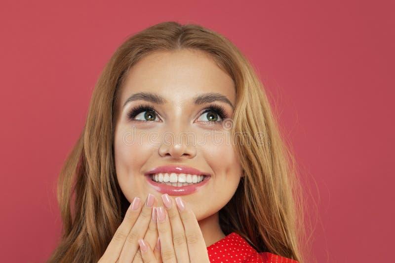 Szczęśliwy młodej kobiety zbliżenia portret Zdziwiona dziewczyna przyglądająca w górę i ono uśmiecha się emoci mody model target8 obraz royalty free