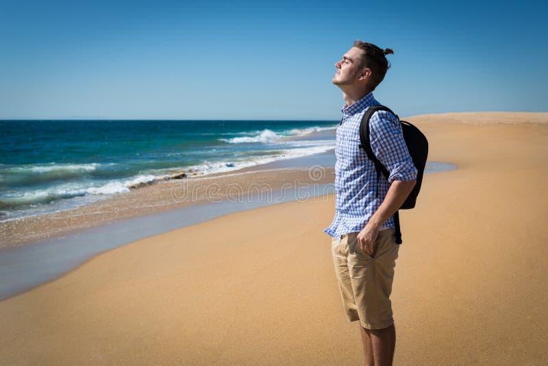 Szczęśliwy młody człowiek w błękitnej koszula fotografia stock