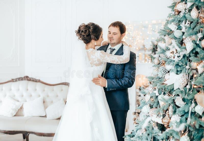 Szczęśliwy państwo młodzi na ich ślubie obraz royalty free