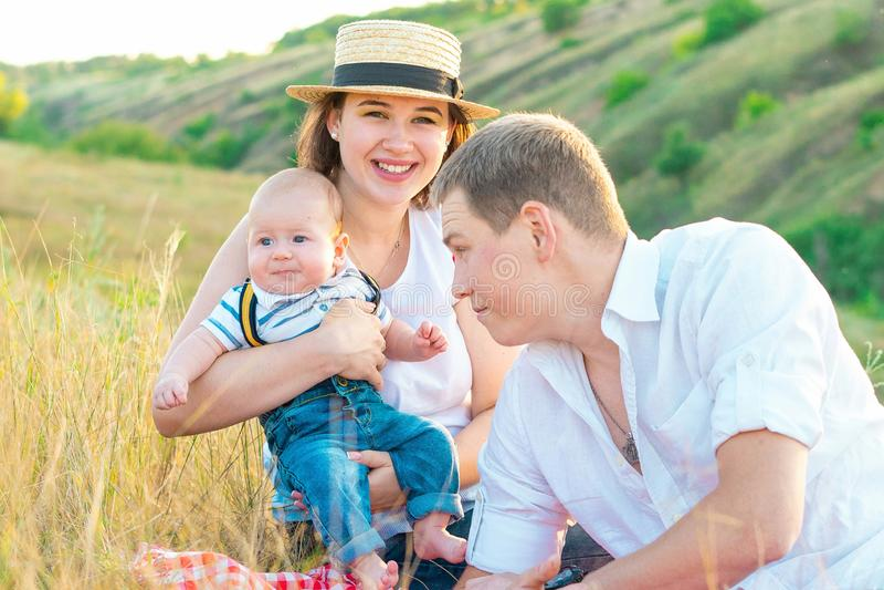Szczęśliwy rodzinny wydaje czas przy zmierzchem wpólnie obrazy stock