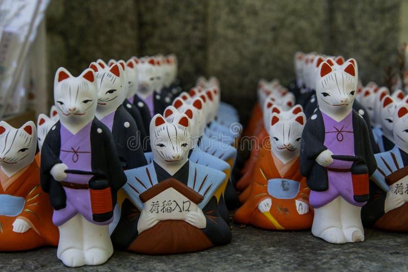 Szczęsliwi koty dla japończyka modlą się szczęście w świątyni obraz royalty free