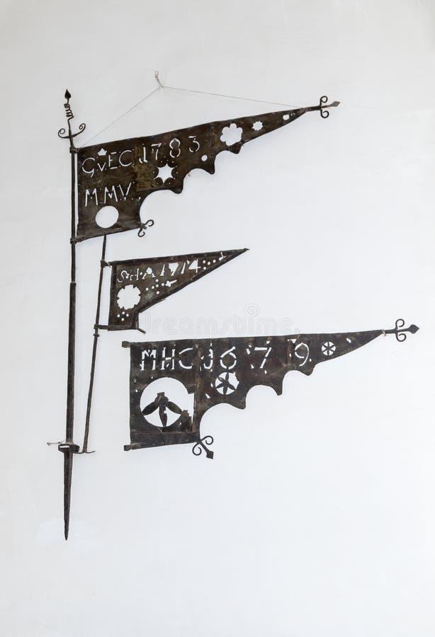 Szczątki metal flaga używać w basztowym 17-18 wieku, dołączającym ściana Zegarowy wierza stary miasto Sighisoara miasto ja obrazy stock